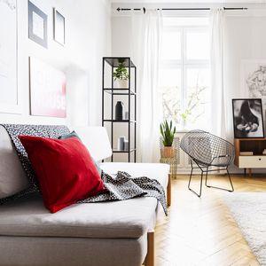 ソファの上の赤いクッション