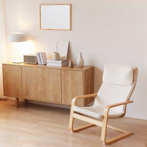 木製の椅子と棚