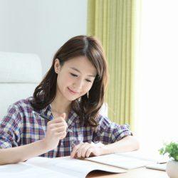 独学で勉強している女性