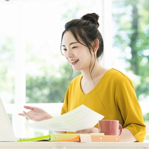 オンラインで勉強している女性