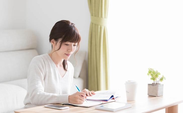 自宅で勉強する女性